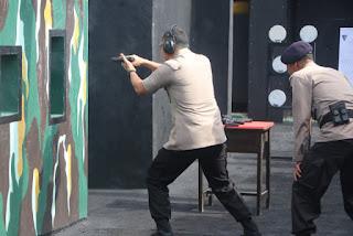 Kapolres Cirebon kota AKBP Syamsul Huda  S.Ik SH M.Si Pimpin latihan Menembak