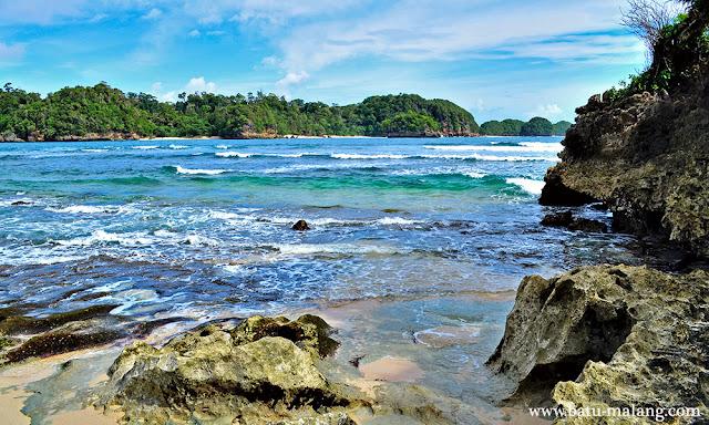 pantai tiga warna berhadapan dengan pulau sempu