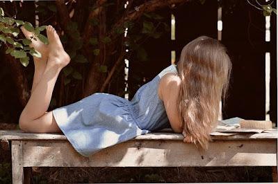 wanita pirang membaca buku
