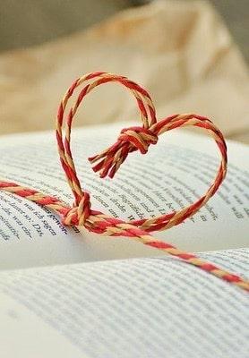 Libro con un moño de corazón de regalo