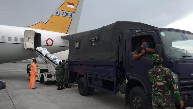 Prajurit TNI Terus Berjibaku Distribusikan APD di Sejumlah Daerah