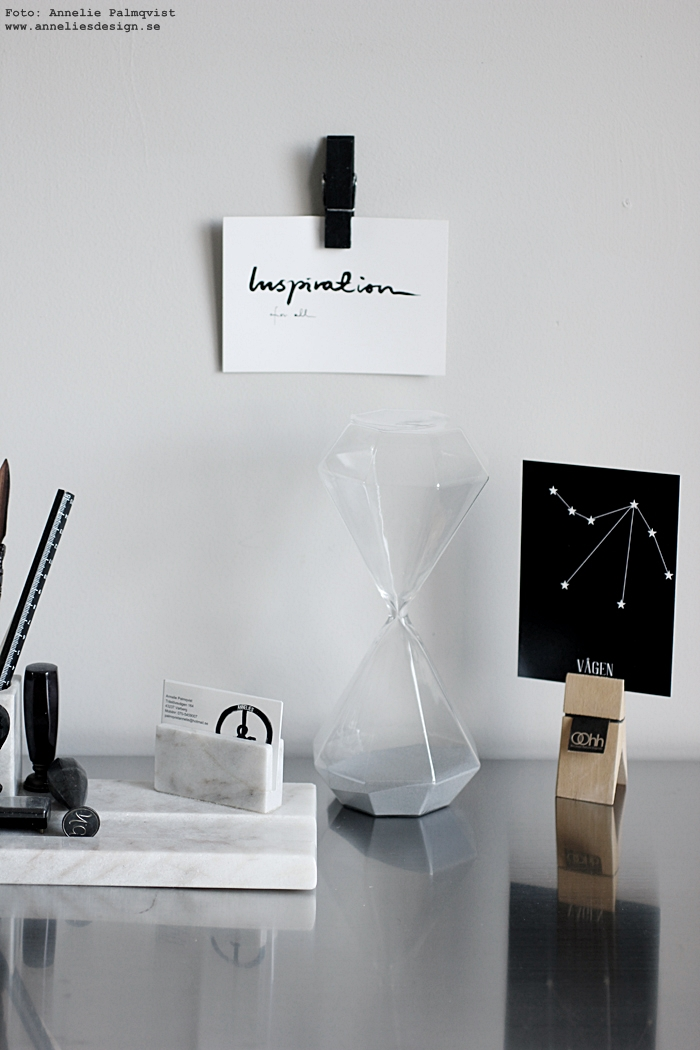 annelies design, webbutik, webshop, nätbutik, nettbutikk, inredning, arbetsrum, hemmakontor, Oohh clips, timglas, diamantform, diamant, diamanter, skrivbord, kontor, kontorstillbehör, rostfri bänkskiva, detaljer, vykort, stjärntecken, svart och vitt, svartvit, svartvita,