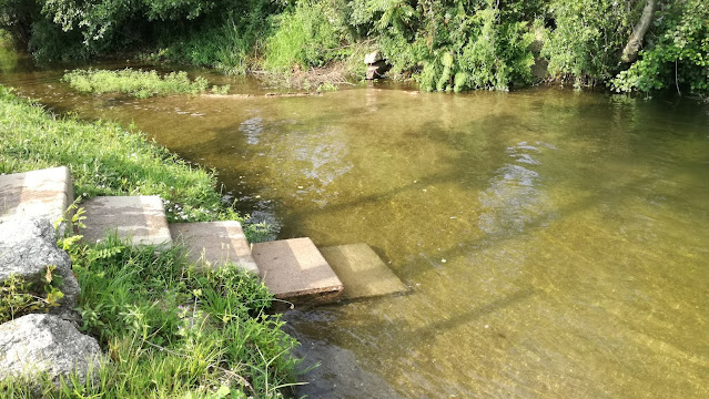 Acesso de escadas a zona fluvial