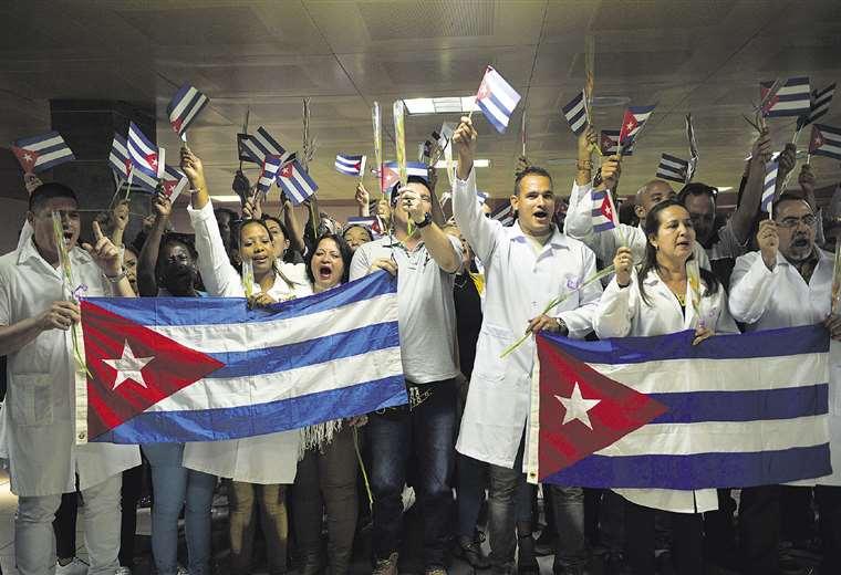 Uno de los últimos contingentes de cubanos que llegó al país con venia de Morales / ARCHIVO AFP