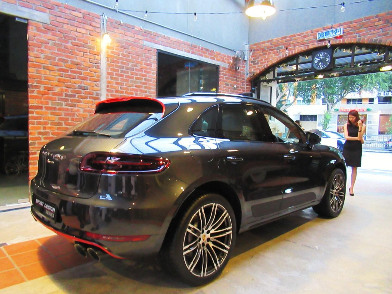 Motoring malaysia porsche macan sportdesign unveiled - Porsche macan white with red interior ...