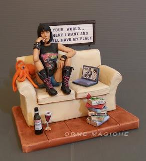 statuetta ragazza metal seduta su divano amica appassionata di musica libri vino orme magiche