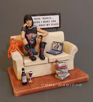 Modellino personalizzato ragazza seduta divano diorama ricostruzione cake topper idea regalo sorella orme magiche
