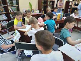 Дети читают и рисуют школьный лагерь Дружба СШ №5 бібліотека-філія №4 М.Дніпро