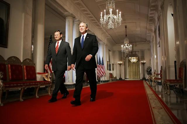 Il presidente George W. Bush e l'allora giudice della corte d'appello federale John Roberts nel 2005.
