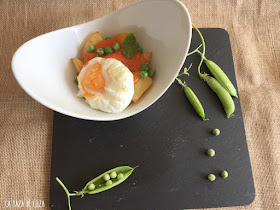 huevo-poché-con-patatas-fritas-tomate-casero
