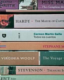 pila di libri inglesi spagnoli francesi