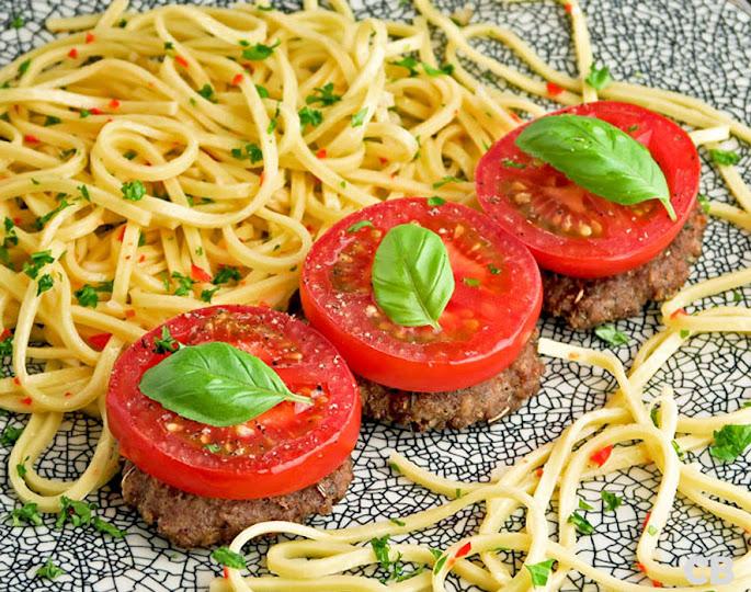 Mini-hamburgertjes met tomaat uit de oven