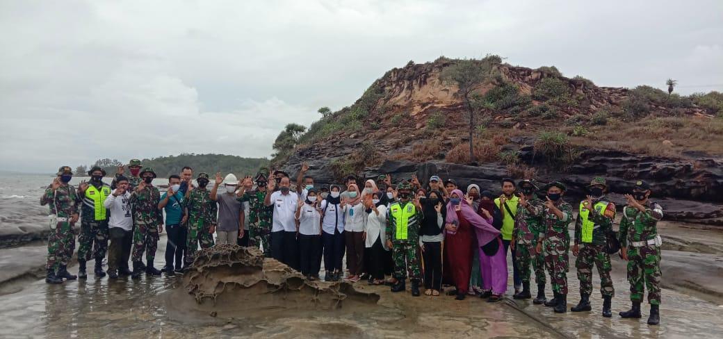 Babinsa Bersama Satgas TMND Kodim 0318/Natuna Melaksanakan Goro Diobjek Wisata Pantai Tanjung Sengigit