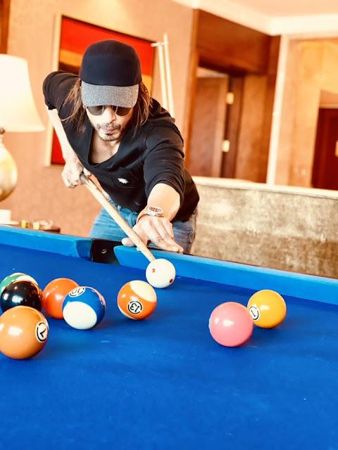 शाहरुख खान की बिलियर्ड्स खेलते हुए यह तस्वीर आपको सप्ताह के अंत में आने के लिए उत्साहित करेगी।