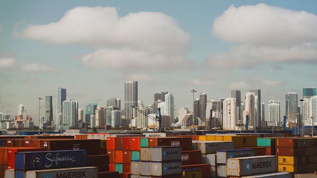 Contenedores de carga en un puerto de Miami, en los Estados Unidos.Unsplash/Jared Sanders
