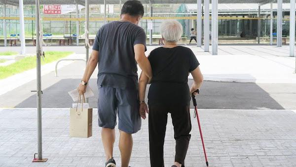 彰化75歲長輩AZ疫苗開打 彰化醫院施打疫苗秩序井然