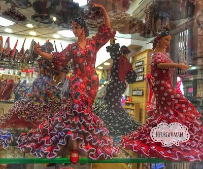 Flamencas en una tienda de souvenirs