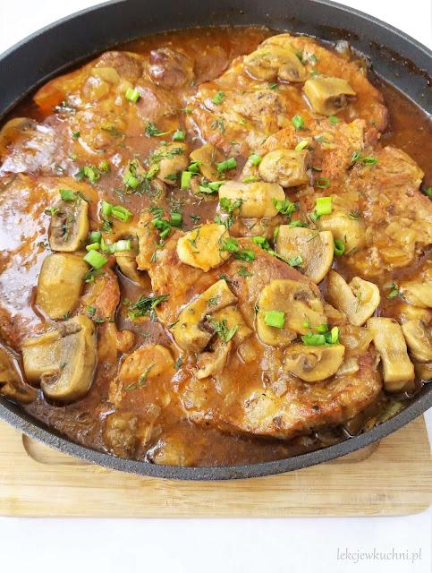 Karkówka w sosie własnym z cebulą i pieczarkami przepis