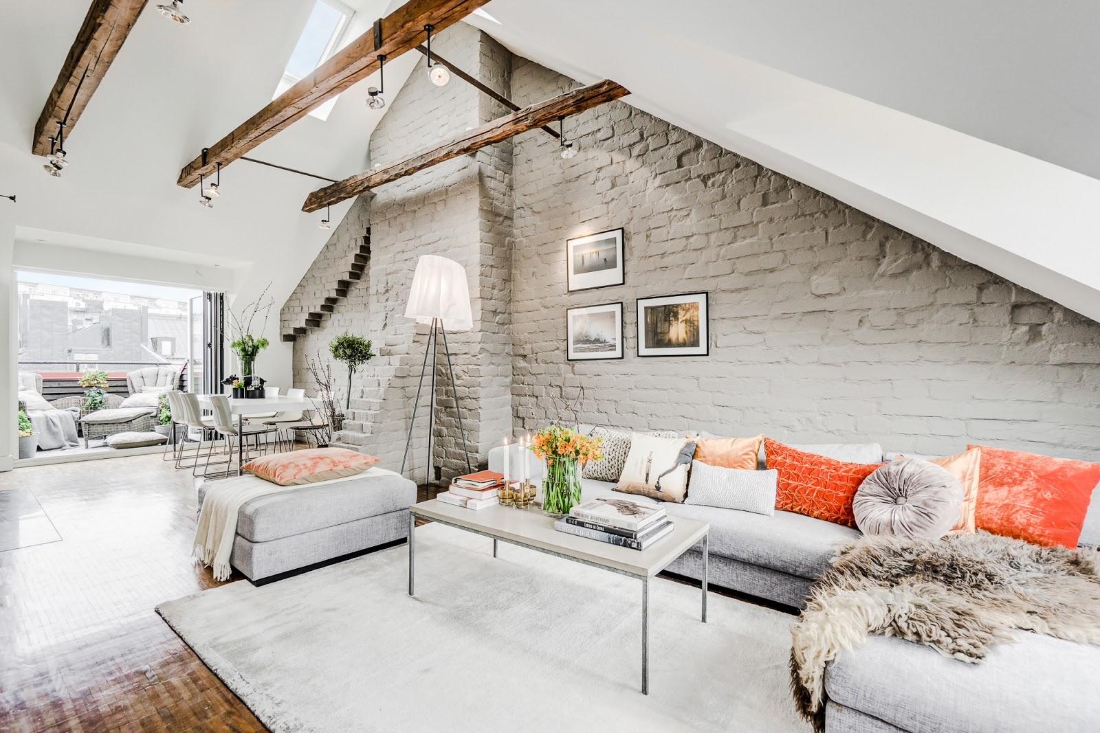Tonuri de gri și accente portocalii într-o mansardă pe două nivele