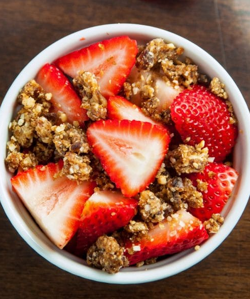 STRAWBERRIES WITH COCONUT CASHEW CRUMBLE #coconut #desserts #cakes #strawberry #yummy