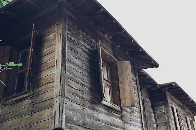 Zabudowa Sozopolu jest charakterystyczna - parter zbudowany z kamieni a piętro z drewna.