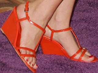 Kaley Cuoco's Feet and Leg Pictures