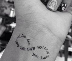 tatuagem no pulso delicada