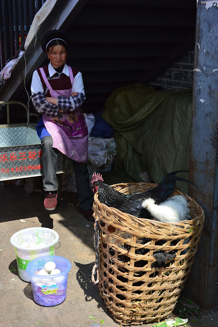 Vendeuse de poulet au marché de Lijiang