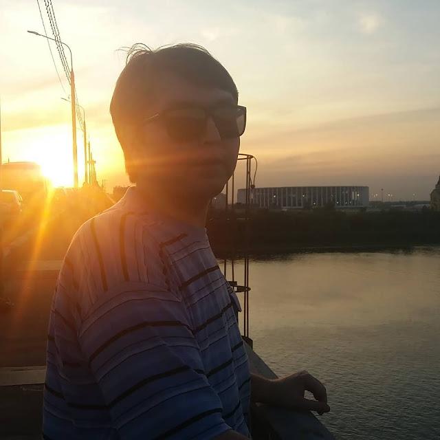 Психолог Евгений Седов в солнечных лучах