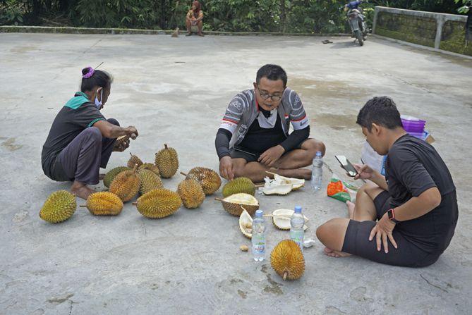 Menikmati durian sembari berbincang santai