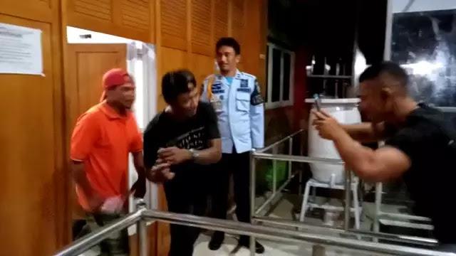 Bebas 'Jalur' Corona, Napi Keluar Lapas Sambil Goyang TikTok
