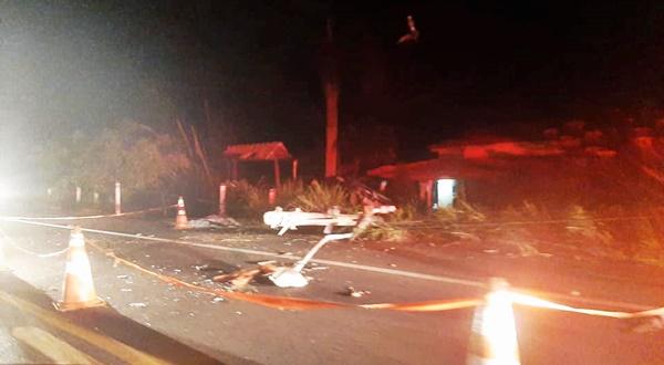 Carro atinge poste e tomba dentro de um quintal na localidade de Santo Amaro