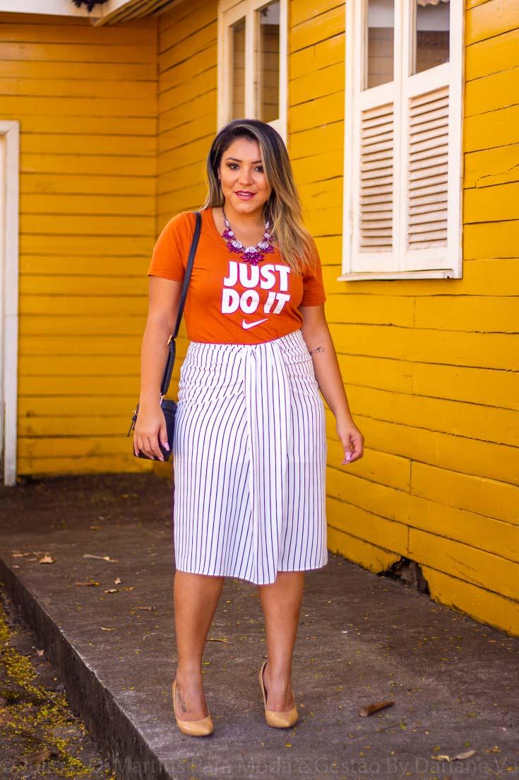 Look do dia: blusa esporte, saia midi e scarpin
