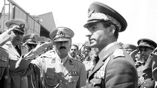 Golpe de Estado orquestrado pelos governos americano e britânico trouxe a monarquia de volta ao poder no Irã, com a ascensão do xá Mohamed Reza Pahlevi