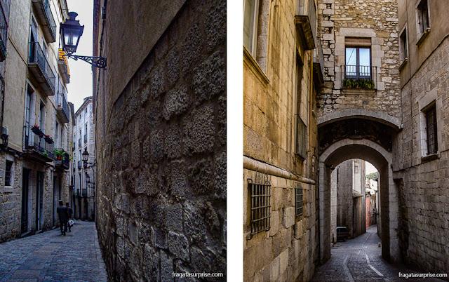 Uma rua típica de El Call (esq) e o  Portal de Sobreportes, que era uma das três portas da muralha medieval de Girona