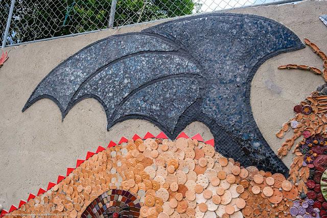 O Dragão - mosaico em muro de escola - detalhe da asa do dragão