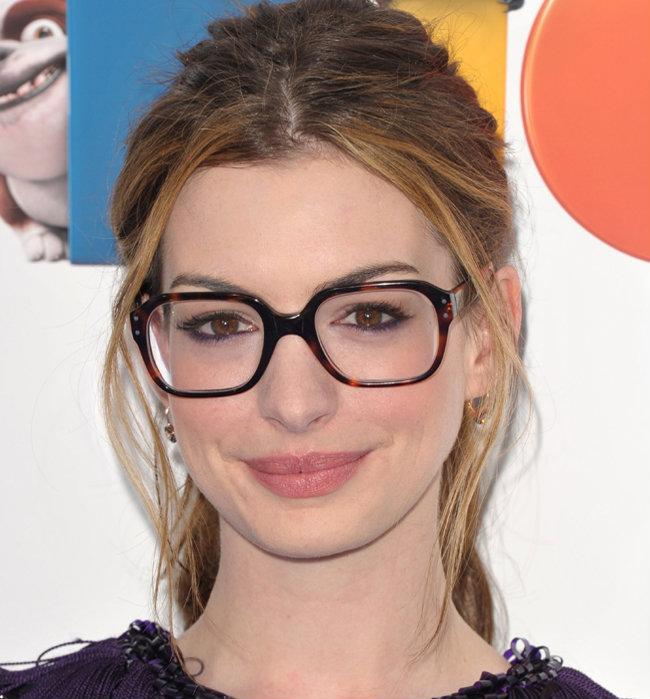 O modelo de óculos de grau geek virou tendência esse ano, principalmente  para as meninas, pois emoldura o rosto de uma maneira divertida e  irreverente. ed529daed4