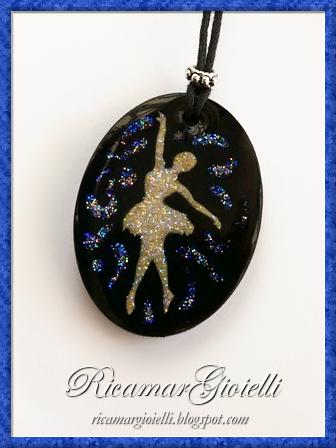Ciondolo in resina con inglobata una ballerina decorata con i glitter