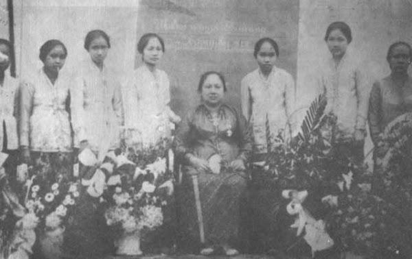 Dewi Sartika dan murid-muridnya