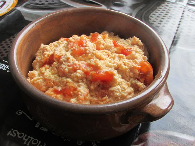 jajecznica z pomidorami i serem feta