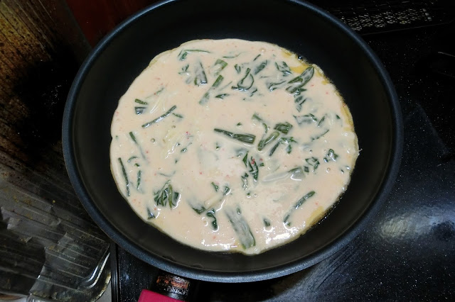フライパンを熱して油(大さじ1/2)を入れ、<手順1>で混ぜ合わせた生地を流し入れ、中火で焼きます。