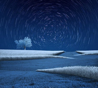 Fotografía de paisaje azul y blanco estrellas