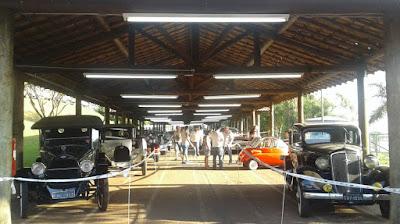 O parque da Festa da Uva de Vinhedo emprestou seu charme para os carros antigos.