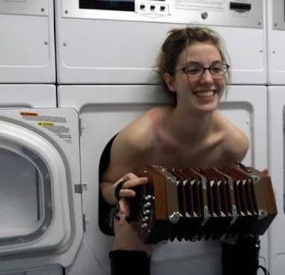 Waschmaschine lustige Frau mit Akkordeon
