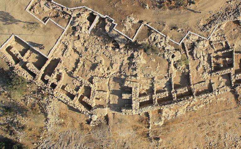 Vista aérea de Khirbet Qeiyafa, seu muro duplo como casamata e, no centro, uma porta amuralhada de entrada.