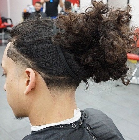 gaya rambut man bun tampak belakang
