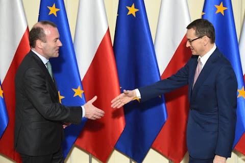 Weber Morawieckivel tárgyalt Varsóban, a V4-ek szavazatát ment koldulni