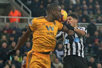 PEMAIN Wolves, Willy Boly menyiku pemain Newcastle, Ayoze Perez pada aksi Liga Perdana Inggeris di St James' Park. - Foto AFP