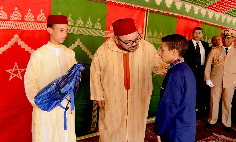 """Mohammed VI lance l'année scolaire à Tanger avec l'opération '1 million de cartables""""."""