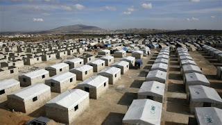 الإغاثة التركية تسلّم 200 منزلاً مؤقتاً لنازحي إدلب (فيديو)
